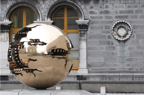 Arnaldo Pomodoro's 'Sphere within a Sphere' at the Museum Building, Trinity College, Dublin. 2010 photograph by Javi Masa of Sevilla, Spain.